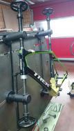 Bevestiging van het TREK Domane frame op gabarit Marchetti voor perfecte uitlijning van de trapasbus